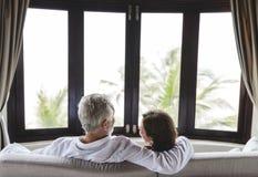 Un couple supérieur se reposant sur un sofa photo stock