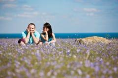 Un couple sur la zone des fleurs Photographie stock