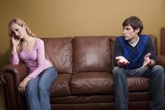 Un couple a un argument sur le divan Image libre de droits