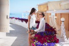 Un couple une date Amoureux heureux Un couple romantique sur un fond de station de vacances Jeunes amants près des fleurs colorée Images stock