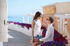 Un couple une date Amoureux heureux Un couple romantique sur un fond de station de vacances Jeunes amants près des fleurs colorée Images libres de droits