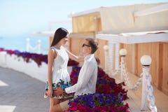 Un couple une date Amoureux heureux Un couple romantique sur un fond de station de vacances Jeunes amants près des fleurs colorée Photo libre de droits