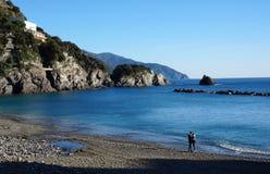 Un couple visite la plage dans Monterosso, Italie Image libre de droits