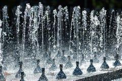 Un courant d'eau éclaboussant des baisses Images libres de droits