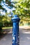 Un courrier bleu en métal dans environnement urbain/rural Images libres de droits
