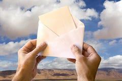Un courrier heureux des nuages Photos stock