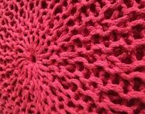 Un coussin rouge de sofa photographie stock libre de droits