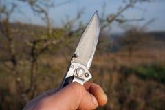 Un couteau pointu dans les mains photo libre de droits