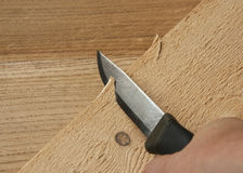 Un couteau pointu, une planche à découper en bois Photographie stock libre de droits
