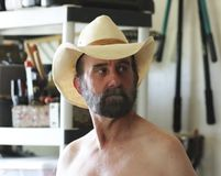 Un cowboy barbu Puttering dans son hangar d'outil Images stock