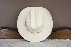 Un cowboy blanc Hat sur un Cabinet antique Front View Photo stock