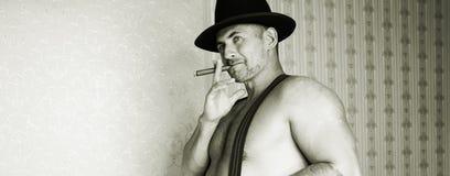 Un cowboy muscolare in un cappello di feltro Immagini Stock Libere da Diritti