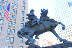 Un cowboy Statue dedans en centre ville, New York Images libres de droits