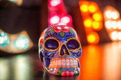 Un cráneo mexicano se encendió por las luces multi del color Fotos de archivo libres de regalías