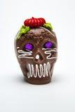 Un cráneo y Calaverita azucar de Chocolate Full del caramelo de Calaverita del mexicano afrontan Imagen de archivo