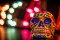 Un crâne mexicain s'est allumé par les lumières multi de couleur Photographie stock libre de droits