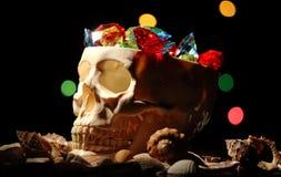 Un cranio umano con le pietre preziose in  Fotografia Stock Libera da Diritti