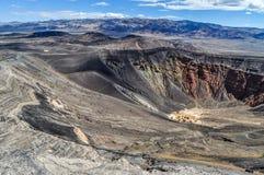 Un cratère volcanique antique creuse profondément dans le parc national de Death Valley photographie stock libre de droits