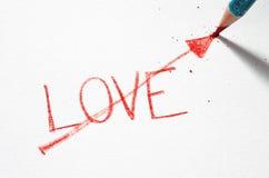 Un crayon en pastel lu écrivant l'amour de mot Image libre de droits