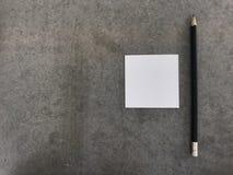 Un crayon et un papier, ` obtenant le concept de ` d'idée Images stock