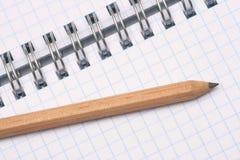 Un crayon et un bloc-notes. image libre de droits