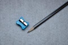 Un crayon et une affûteuse photos libres de droits