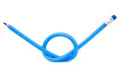 Un crayon flexible bleu attaché dans un noeud Image libre de droits