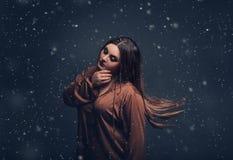 Un criado de la muchacha vaga alrededor en la noche Fotografía de archivo