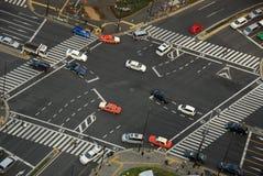 Un croisement de rue avec des voitures Images stock