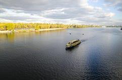 Un croiseur à l'arrière-plan de rivière et de forêt d'automne Photo libre de droits