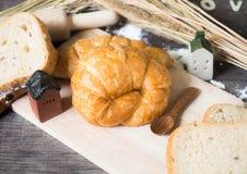 Un croissant sul vassoio di legno, fuoco selettivo Fotografie Stock Libere da Diritti