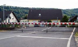 Un cruce ferroviario guardado con las barreras cerradas imagen de archivo