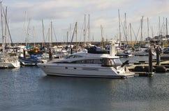 Un crucero de lujo del poder amarró en el puerto deportivo moderno en el condado abajo Irlanda del Norte de Bangor en una mañana  Fotos de archivo
