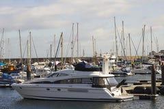 Un crucero de lujo del poder amarró en el puerto deportivo moderno en el condado abajo Irlanda del Norte de Bangor en una mañana  Foto de archivo