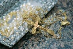 Un crucifijo de oro Imagen de archivo