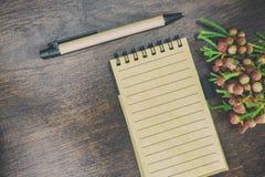 Un cuaderno con las flores Fotografía de archivo