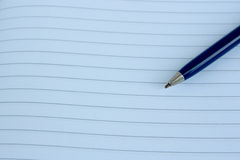 Un cuaderno de notas y una pluma fashoned vieja Imagenes de archivo