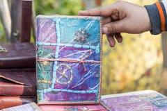 Un cuaderno hecho a mano para la venta en una tienda en Nueva Deli, la India Fotografía de archivo