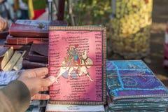 Un cuaderno hecho a mano para la venta en una tienda en Nueva Deli, la India Imágenes de archivo libres de regalías