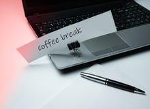 Un cuaderno, un paquete de papel, una pluma y un anuncio en una pinza de los efectos de escritorio El tema de la oficina y del tr fotografía de archivo