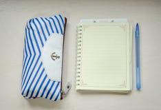 Un cuaderno y una caja de lápiz Fotos de archivo