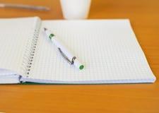 Un cuaderno y una pluma para escribir conferencias Imagen de archivo