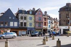 Un cuadrado en la ciudad vieja de Auxerre con las casas antiguas Imágenes de archivo libres de regalías