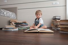 Un cuarto con libros y un niño imagen de archivo