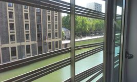 Un cuarto con un vieuw en París Imagen de archivo