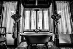 Un cuarto de baño en los Maldivas lujosos imagen de archivo