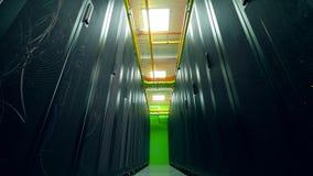 Un cuarto grande del servidor con muchos estantes con los ordenadores metrajes