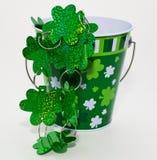 Un cubo adornado para el día del ` s de St Patrick Foto de archivo libre de regalías