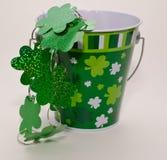 Un cubo adornado para el día del ` s de St Patrick Imagen de archivo libre de regalías