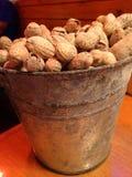 Un cubo de cacahuetes foto de archivo